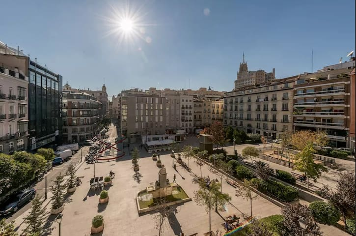 Chueca along Gran Vía. Sunny and with views.
