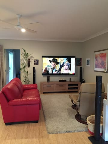 Self Contained Granny Flat in Central Gold Coast - Southport - Townhouse