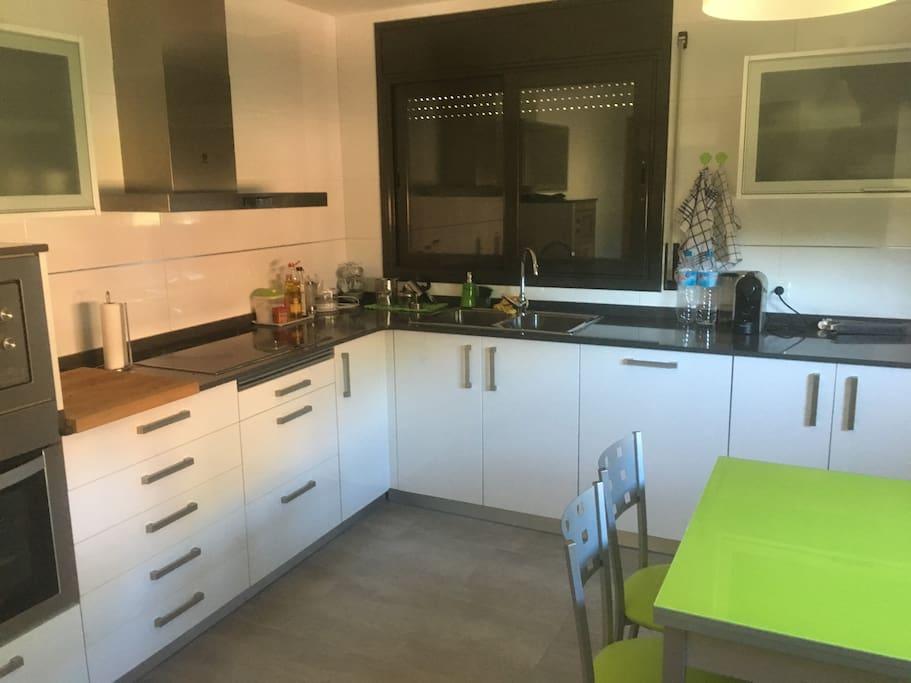 Cocina equipada con vitrocerámica, horno, microondas, nevera y lavavajillas. También cuenta con Nespresso.