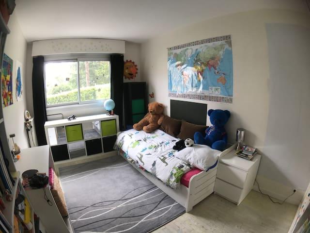 Une chambre avec 2 lits de une personne
