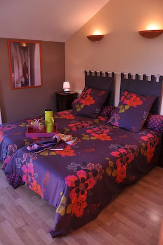 La Ferme aux abeilles Chambre double confort - Ambierle - Bed & Breakfast