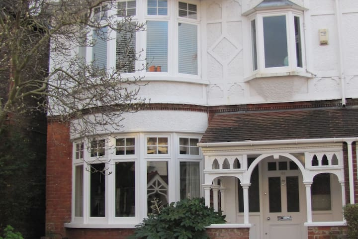 Large double room in a family home. - Richmond - House