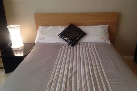 Spacious double in a quiet area -free parking. - Pinner