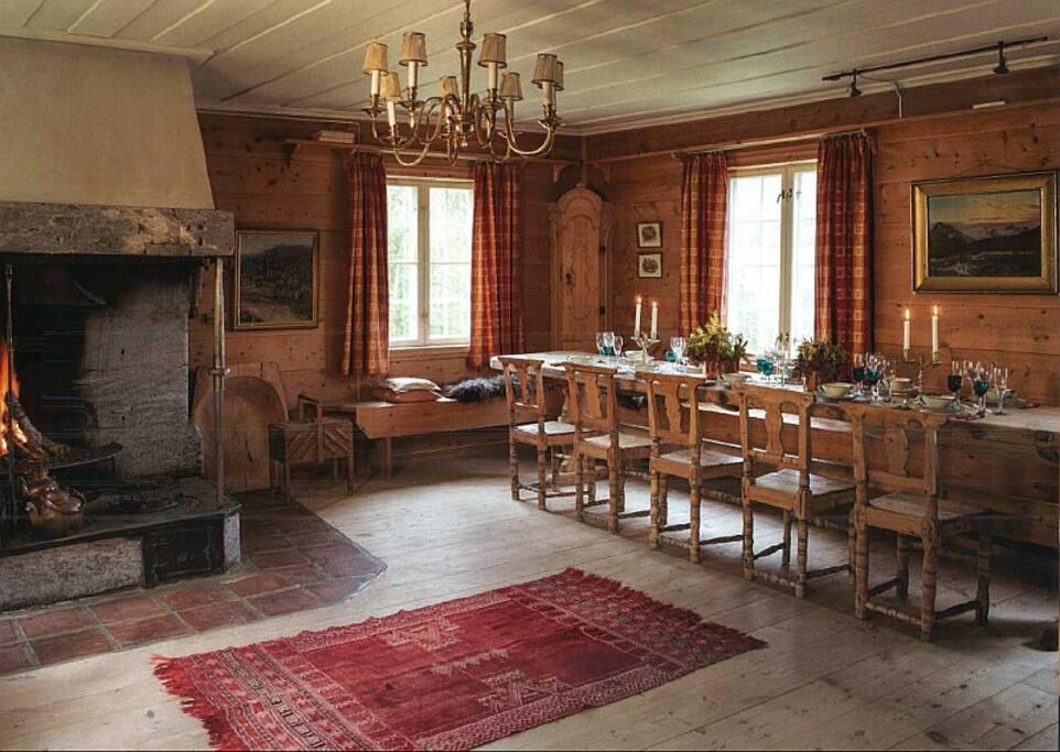 150 år gammelt tømmerhus. 1. etasje: Store harmoniske oppholdsrom med Hysjuliens særegne peiser og langbord.