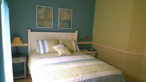 Room in a Peaceful Garden Home. 20 min. to Disney