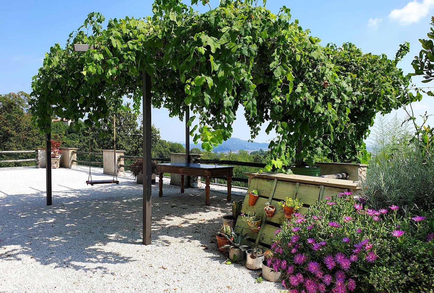 Terrazza con pergolato dell'uva, dove potersi rilassare e consumare i pasti al fresco, apprezzando la vista panoramica sulla valle