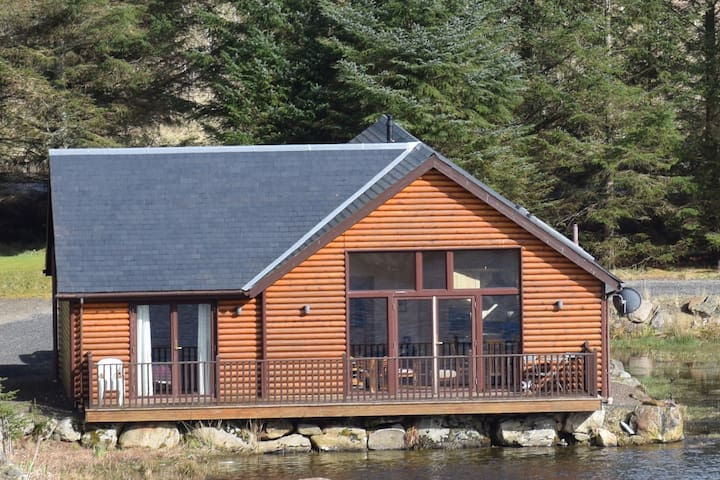 A lovely lodge on the edge of a small lochan. - Perth and Kinross - Hus