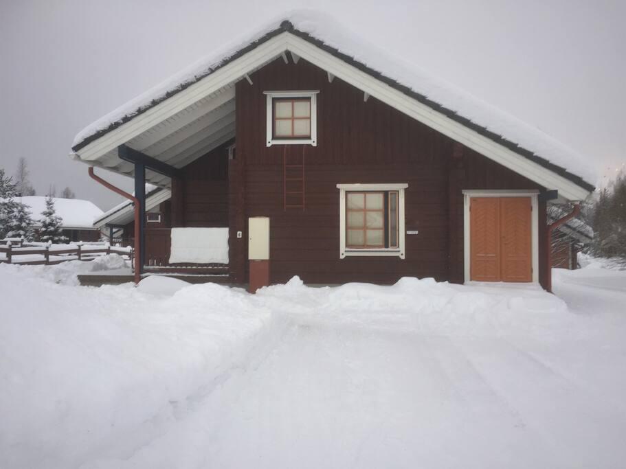 Julkisivu pohjoiseen talvella