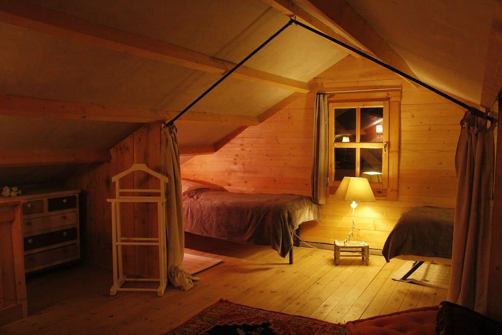 A l'étage 2lits simples séparés du lit double par un rideau