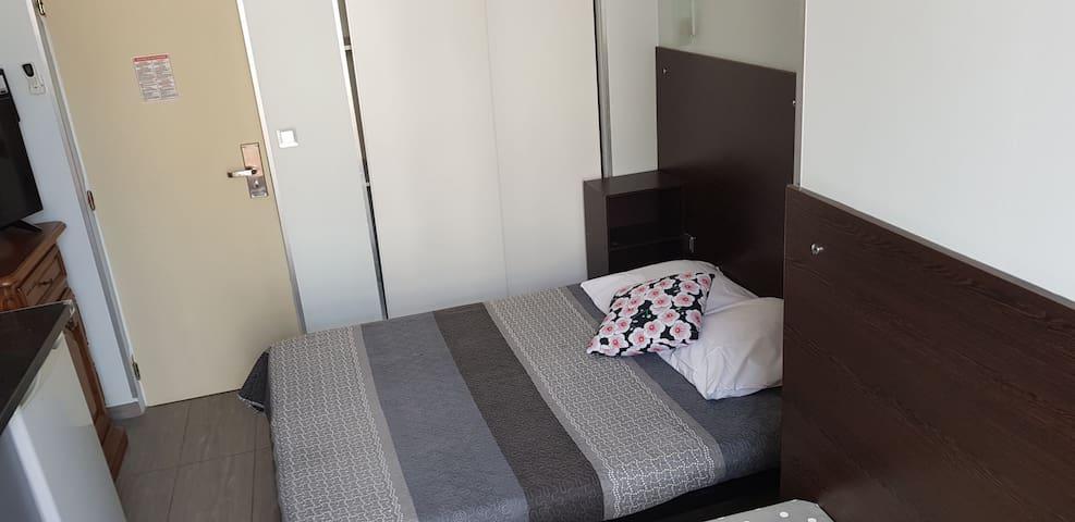 Studio climatisé très calme côté cour centre Nice