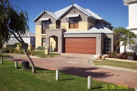 Navana (Fremantle Holidays Pty Ltd) - Beaconsfield - Hus