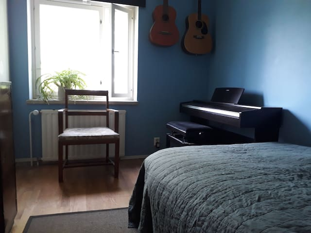 Master bedroom with a piano and guitars. Double bed 120cmx200cm.