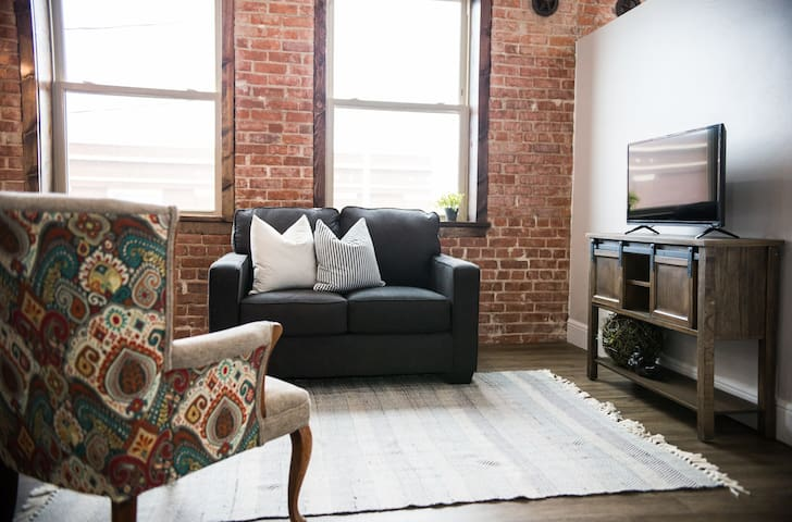 Beautiful Modern Studio Loft B in Downtown Claude