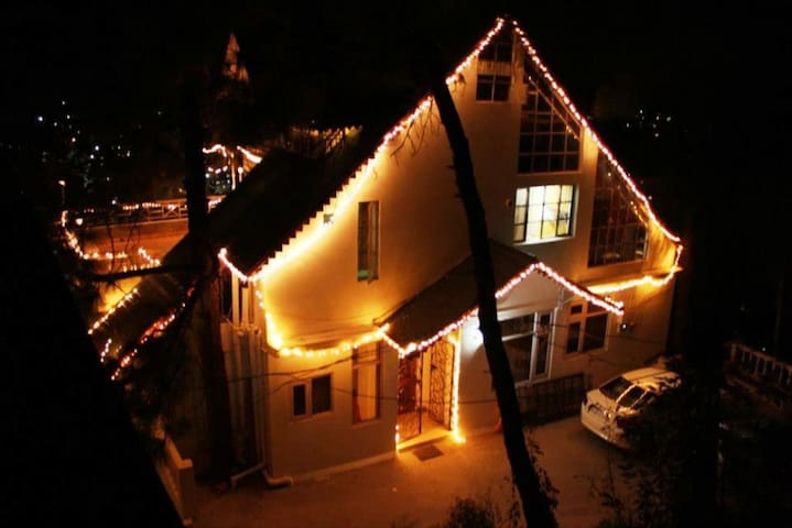 Whistling Pines Wooden Duplex Cottage. - Solan - Bed & Breakfast