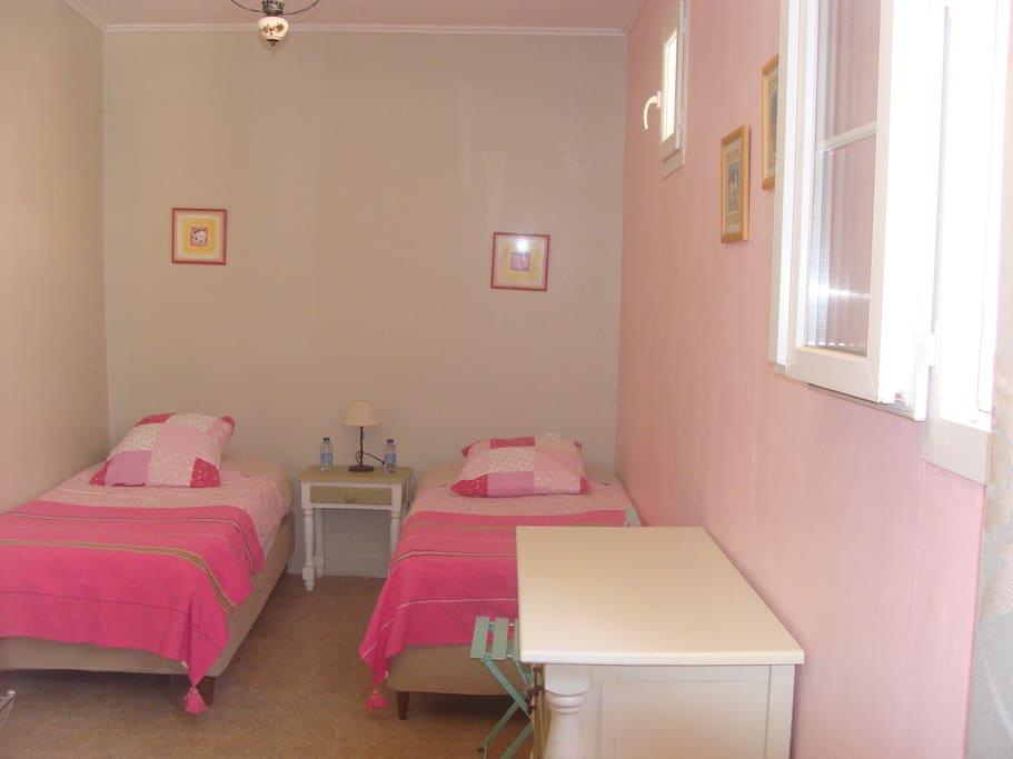 Chambre 2 (2 lits 90 - draps fournis)