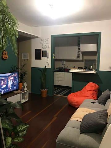 Quarto em apartamento jovem no Itaim Bibi