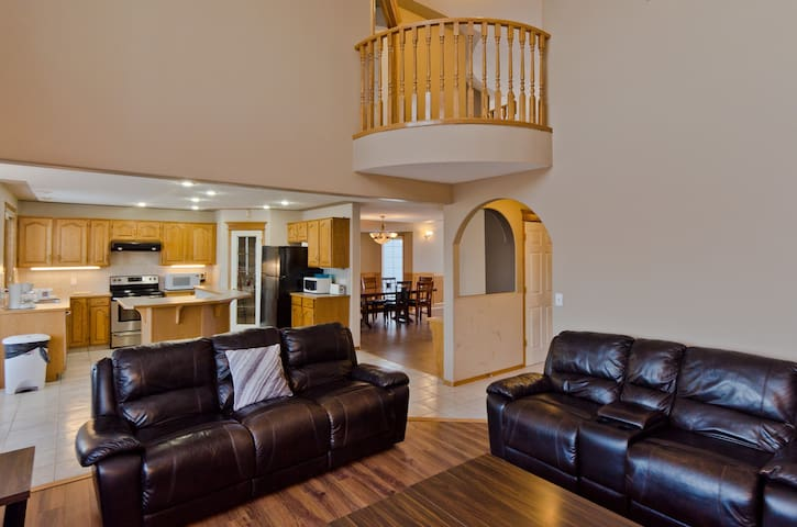 Lovely 5 Bed 3.5 bath Home near Lake Chestermere