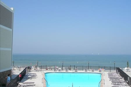 Lake Michigan Premier 2 BR Beachfront Corner Condo - コンドミニアム
