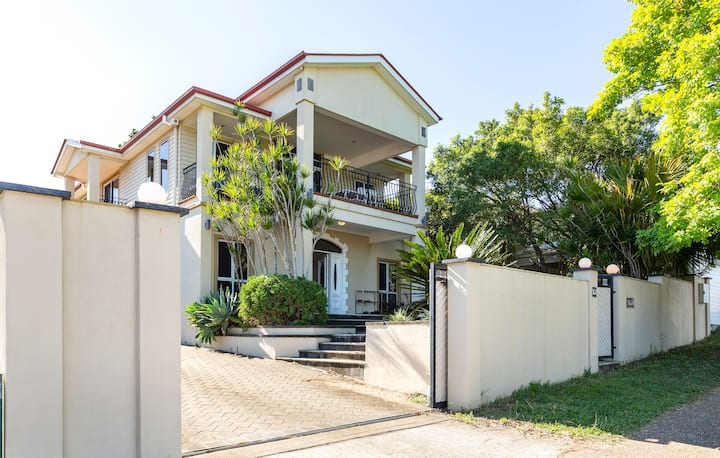 Elegant 5 Bed Room House  close to airport & CBD