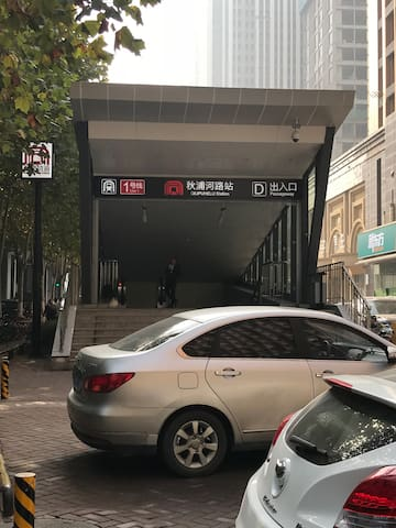 1号地铁D出口出来200米就是小区吆!很方便