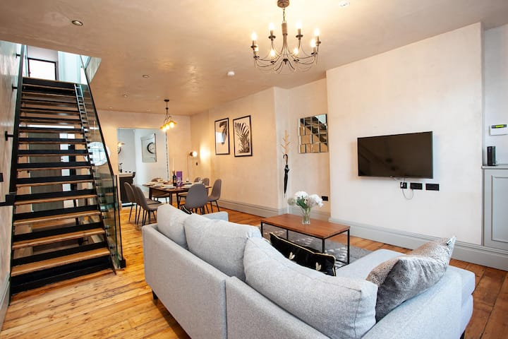 Luxury Unique Townhouse in Manchester City Centre with Roof Terrace By Pillo Rooms