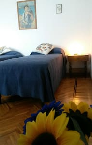 "B&B MONVISO - Camera ""I GIRASOLI"" - Cavour - Bed & Breakfast"