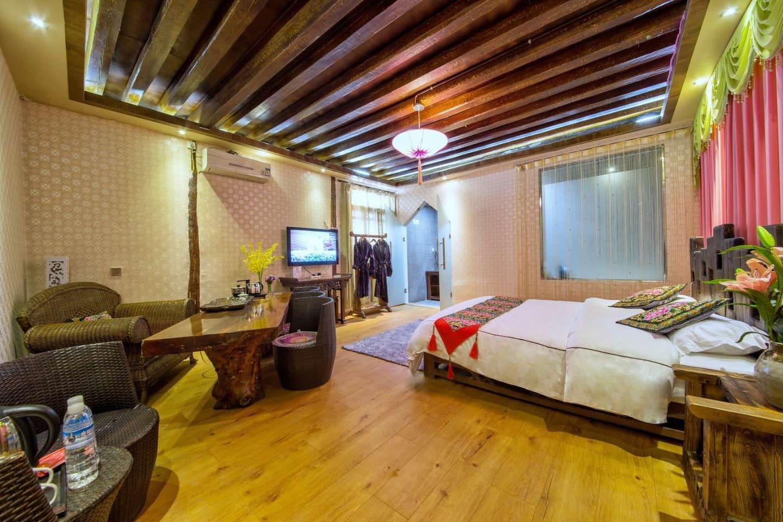 带浴缸大床房,配备接待喝茶区。