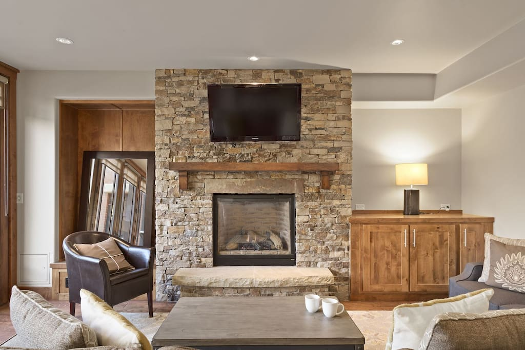 Spacious Living Area - Gas Fireplace - 40 Inch LCD TV - Deck - Oak Floors - Mountain Views