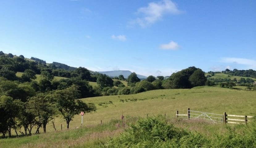 Rural Farmhouse in Brecon Beacons with great views - Trecastle