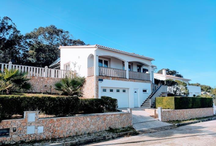 Ruhig gelegene Villa mit Pool in Strandnähe