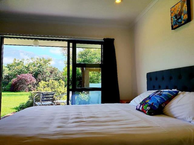 Te Mahuru Retreat Kaikoura- Room 1 with Hot Tub
