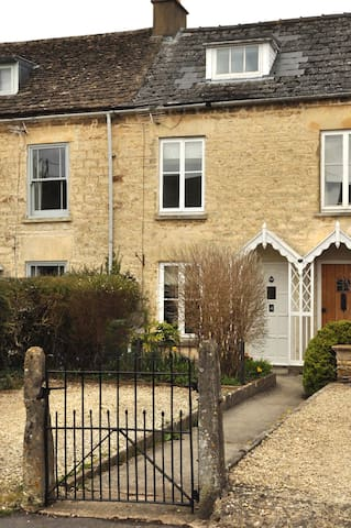 Charming 2 Bed Cotswold Cottage sleeps 4-6 people