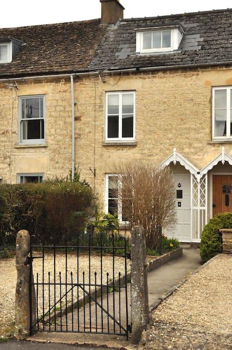 charming 2 bed cotswold cottage sleeps 4 6 people houses. Black Bedroom Furniture Sets. Home Design Ideas