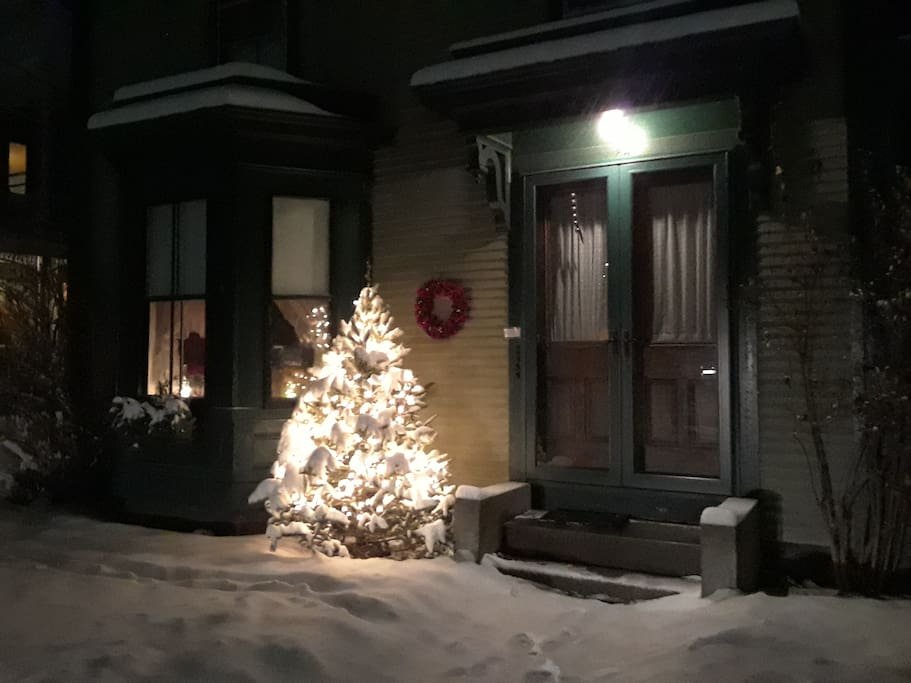Winter 2017-18 at entrance to Big Green Victorian.