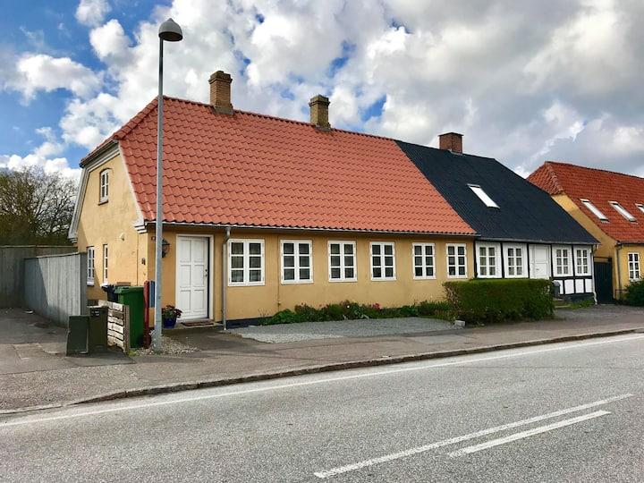 Idyllisk, gammelt dansk rekkehus med særpreg