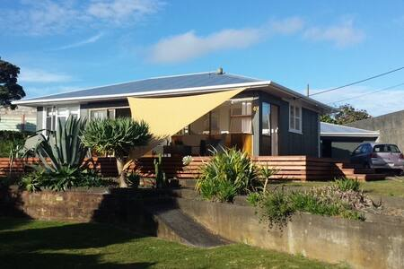 Salt Cottage: Surfers Retreat - Opunake - House