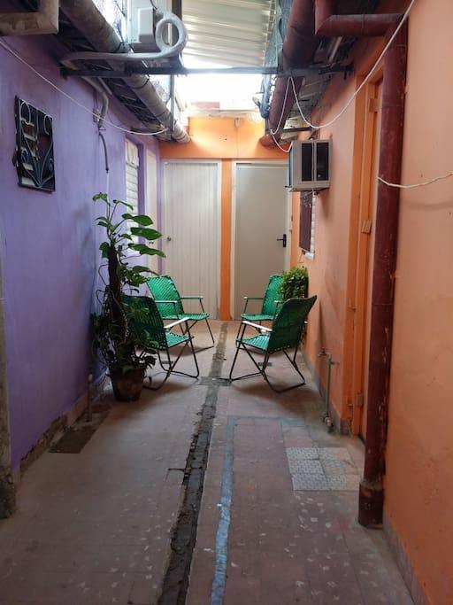 Patio interior para su descanso, una buena bebida o un café cubano.