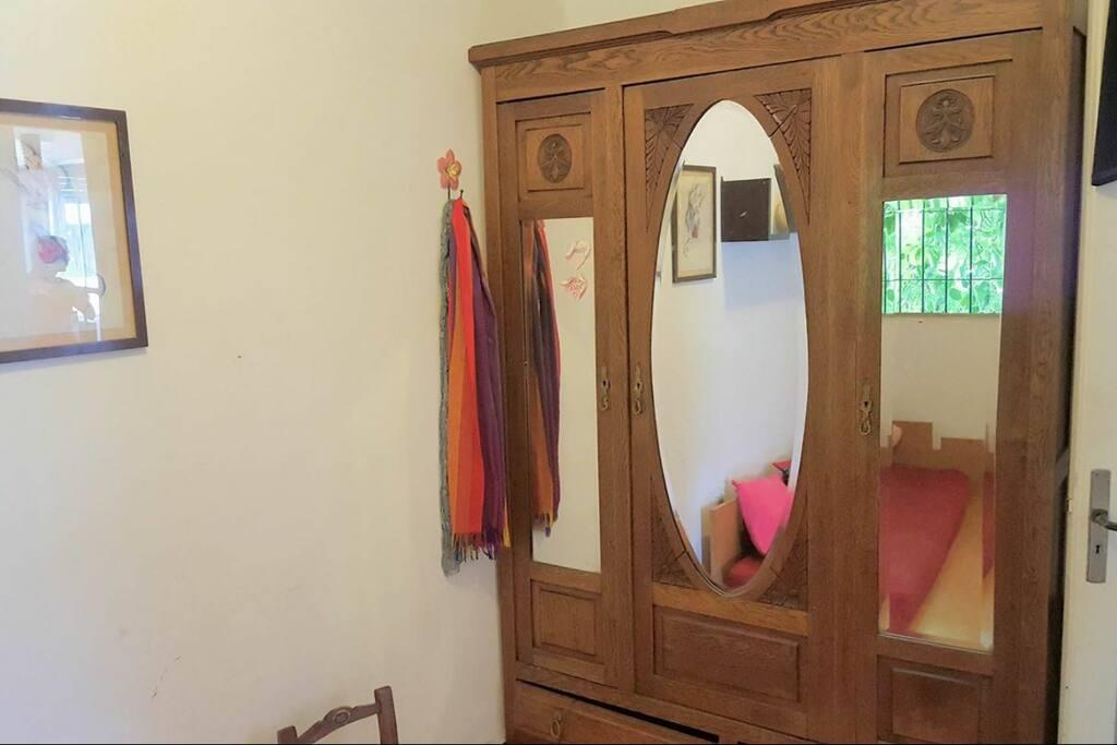 Otro cuarto para colgar ropa y dejar petates.