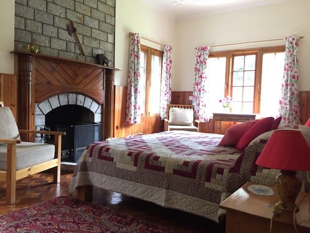 The Lama House - Fireplace room