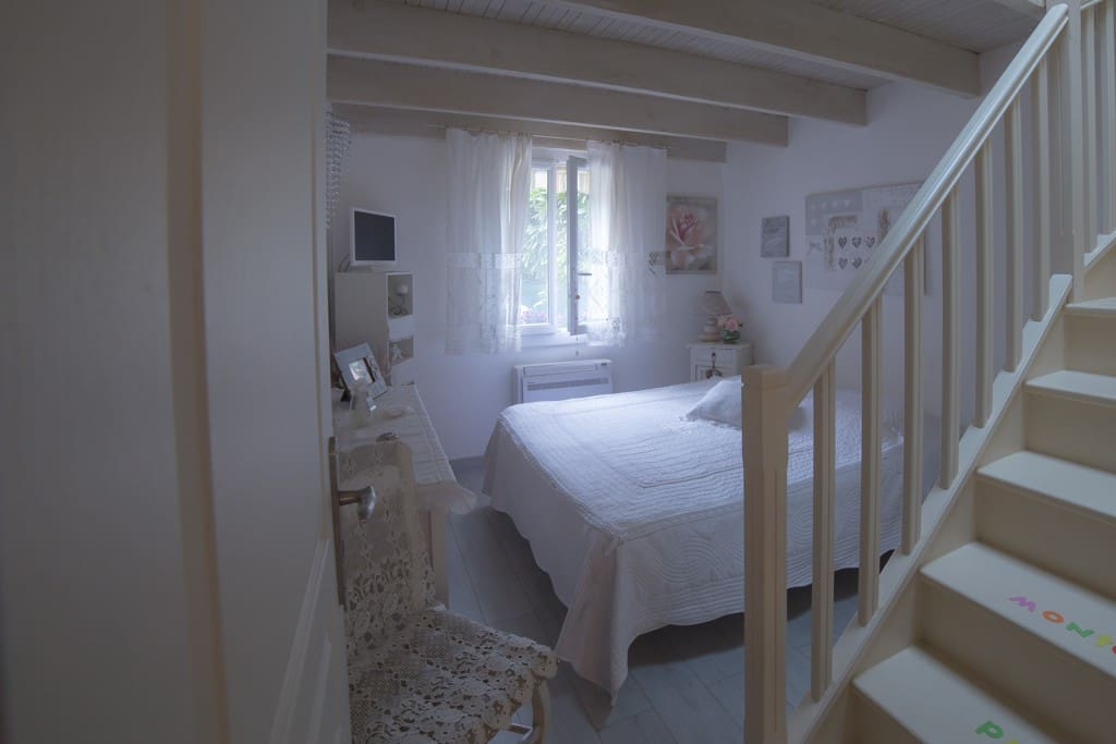 chambre avec clim et escalier pour mezzanine fenetre donnant sur jardin