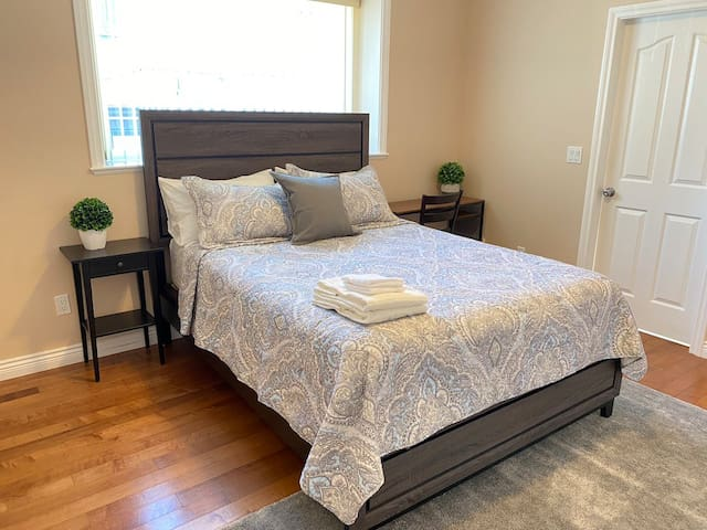 Master Room w/ Private Bathroom Near Transit/Shops