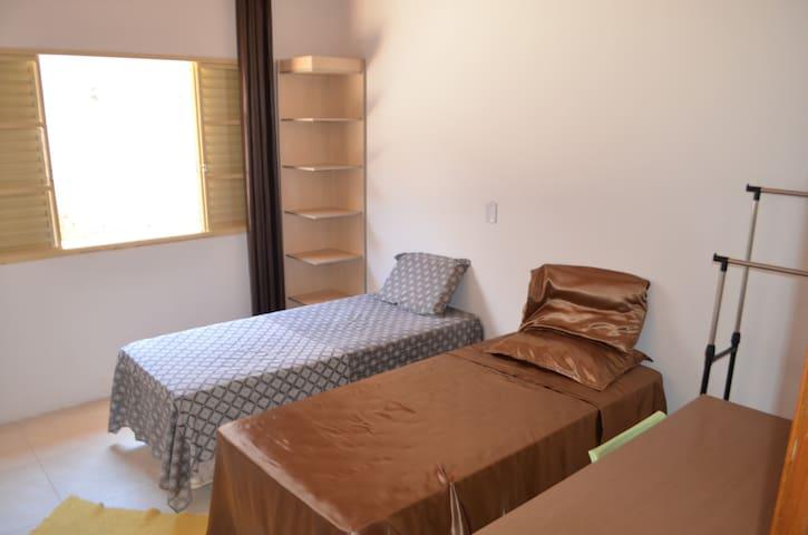 Quarto 4 - 2 Camas Box Solteiro, escrivaninha, arara para roupas, ambiente com boa ventilação/iluminação natural