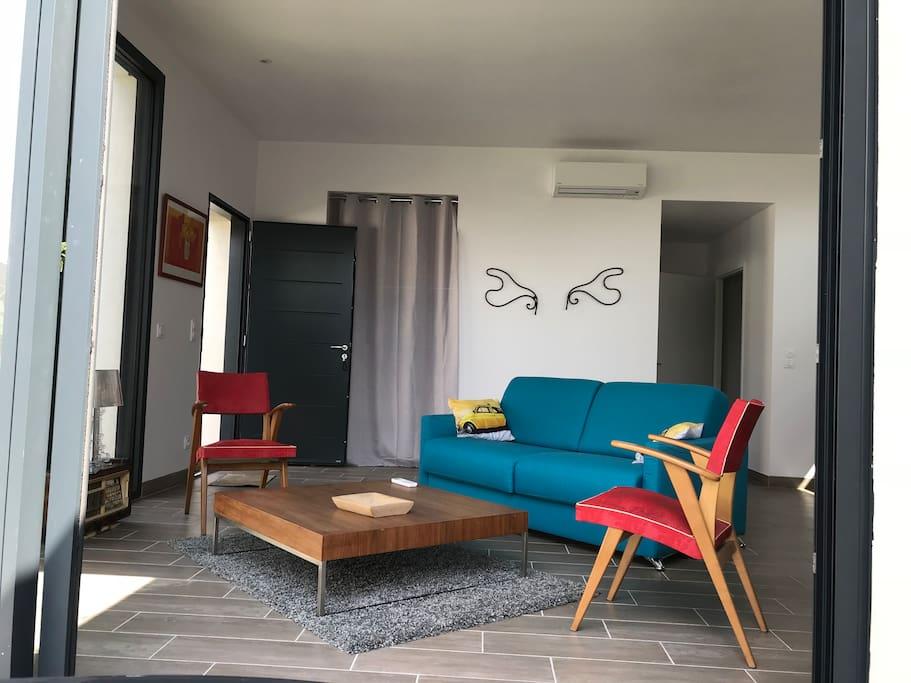 Salon avec canapé convertible équipé d'une literie de qualité couchage quotidien.