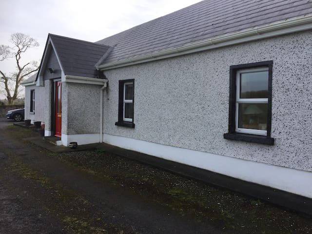 Beautifully renovated cottage - Carrick on Shannon - Hytte