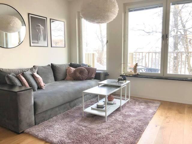 Lägenhet med balkong och morgonsol