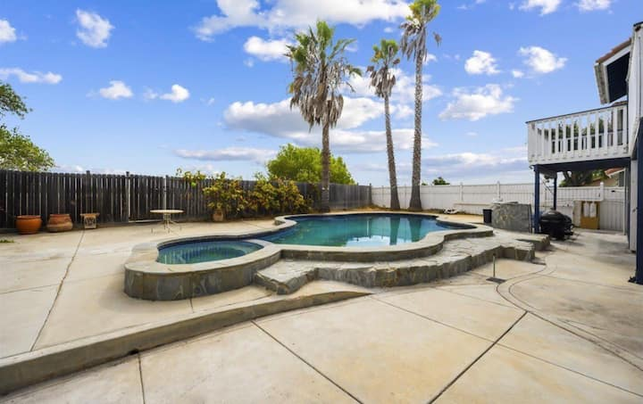 Oceanside Getaway w. Pool- 10 minutes from Beach!!