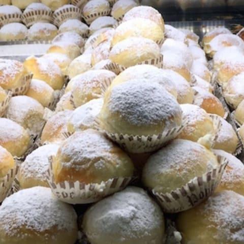 """Nuvole della più famosa  pasticceria di Napoli """"poppella"""" a pochi passi da casa vacanza San felice"""