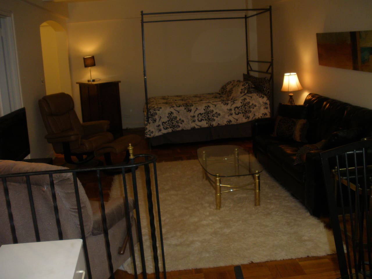 Queen size bed plus full-size sofa bed.  Luxury 24 hour doorman bldg  easy walking distance to Grand Central, Rockefeller Center, uptown, downtown and crosstown bus service.  Three blocks from subway.