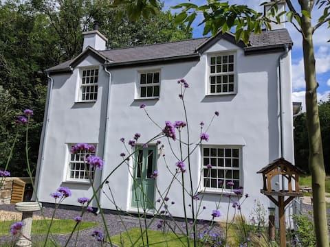 Riverside cottage walking distance into Caenarfon