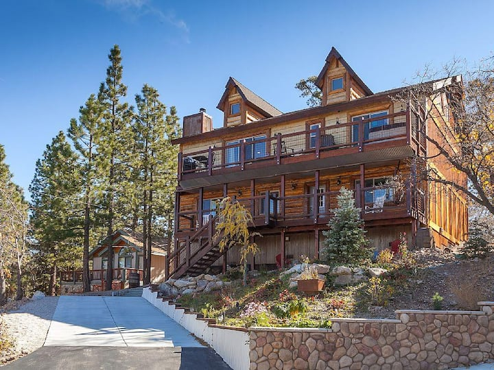 Upscale Designer Chalet. Amazing Game Room. Spa. Beautiful Views. Great Hiking